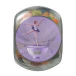 Bailarina de la caja de música con el lirio de agu jarras de cristal