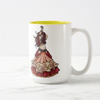Bailarina de la danza del vientre de la ascua con  taza