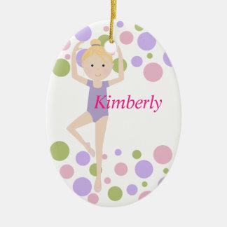 Bailarina dulce púrpura y rosada adorno navideño ovalado de cerámica