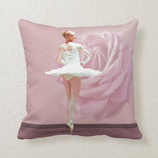 Bailarina en blanco con color de rosa rosado almohadas