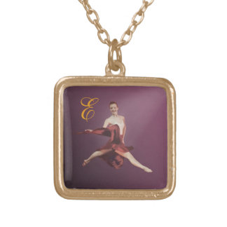 Bailarina en la posición de Jete con el monograma Colgante Cuadrado