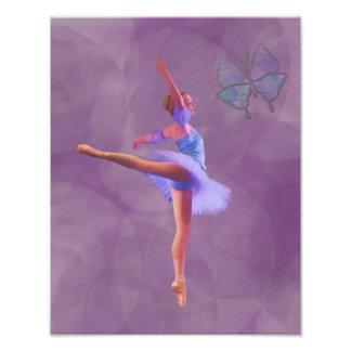 Bailarina en la posición del Arabesque en púrpura Fotografías