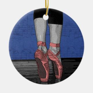 Bailarina en los zapatos rosados de Pointe Adorno Navideño Redondo De Cerámica