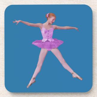 Bailarina en práctico de costa rosado del traje posavasos de bebidas