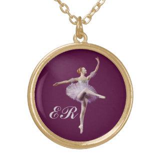 Bailarina en púrpura y blanco, monograma collar dorado