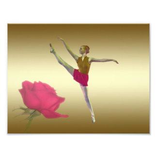 Bailarina en rojo y oro con el rosa rojo fotos