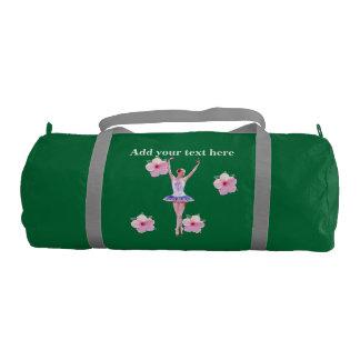 Bailarina, flores rosadas del hibisco, con el bolsa de deporte