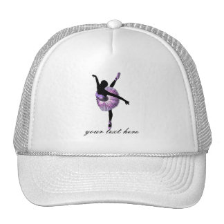 Bailarina hermosa en púrpura gorras de camionero