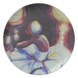 Bailarina que descansa en placa púrpura plato de cena