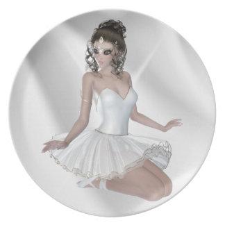 Bailarina triguena magnífica en el vestido blanco platos para fiestas
