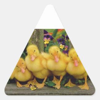 Bailarines amarillos del pato pegatina triangular