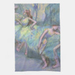 Bailarines de ballet en las alas de Edgar Degas Toalla De Cocina