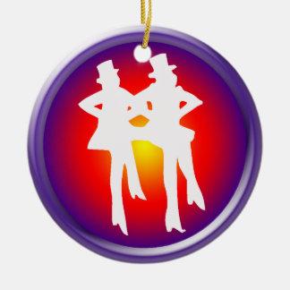 Bailarines de golpecito en un fondo multicolor ornamente de reyes