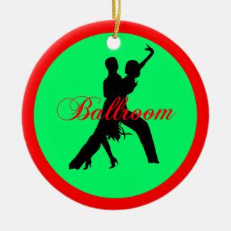 Bailarines del salón de baile adorno navideño redondo de cerámica