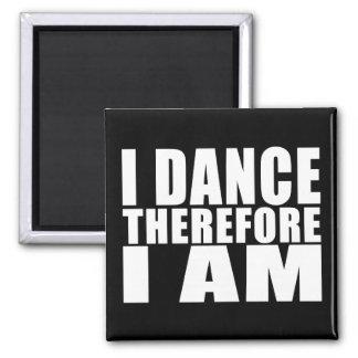 Bailarines divertidos de la cita: Me bailo por lo  Imán Cuadrado