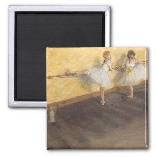 Bailarines que practican en la barra de Edgar Iman