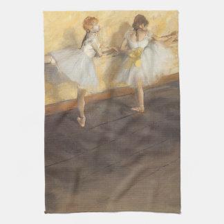 Bailarines que practican en la barra de Edgar Toallas