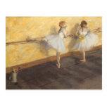Bailarines que practican en la barra de Edgar Postales