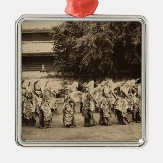 Bailarines velados en Mandalay, Birmania Adorno Cuadrado Plateado