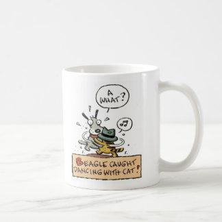 Baile cogido beagle con un gato taza de café