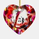 Baile con música y color adorno navideño de cerámica en forma de corazón
