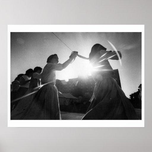Baile de la mujer en calle el día soleado poster