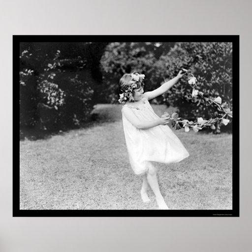 Baile del chica con las flores en su pelo 1910 poster