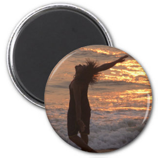 Baile en la resaca en la puesta del sol imán de frigorífico