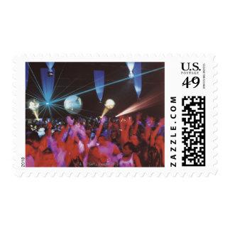 Baile entusiasta de la muchedumbre timbres postales
