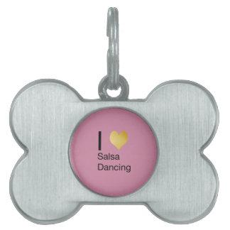 Baile juguetónamente elegante de la salsa del placa de mascota
