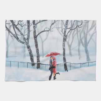 Baile romántico de los pares en el paraguas del toallas de cocina