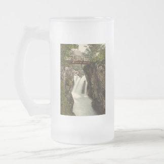 Baje la caída, cañada Nevis, Fort William, Escocia Jarra De Cerveza Esmerilada