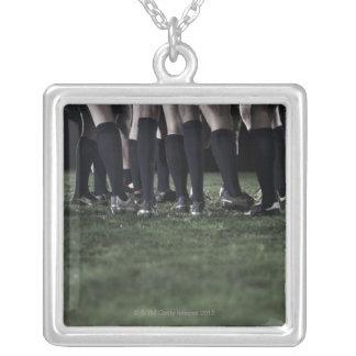 Baje la sección de un grupo de jugadores del rugbi collar plateado