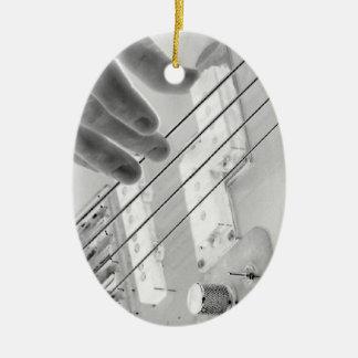 Bajista, bajo y mano, imagen negativa adorno navideño ovalado de cerámica