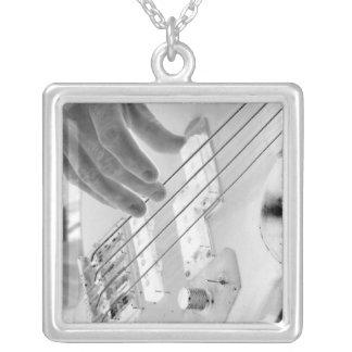 Bajista, bajo y mano, imagen negativa colgante cuadrado