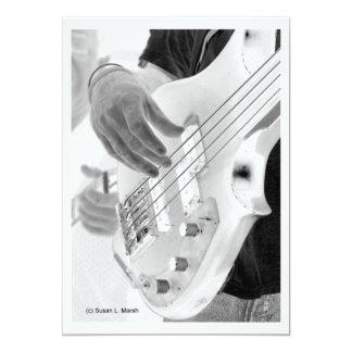 """Bajista, bajo y mano, imagen negativa invitación 5"""" x 7"""""""