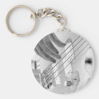 Bajista, bajo y mano, imagen negativa llavero redondo tipo pin