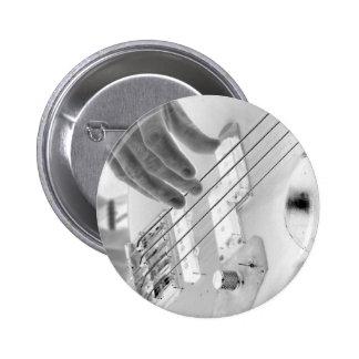 Bajista, bajo y mano, imagen negativa pin redondo de 2 pulgadas