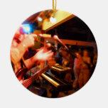bajista que juega paintin colorido de la muchedumb ornamento para arbol de navidad