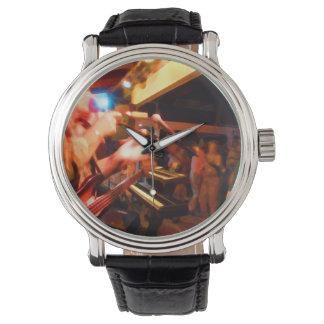 bajista que juega paintin colorido de la reloj