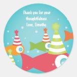 Bajo cumpleaños de los peces de mar gracias los etiqueta redonda