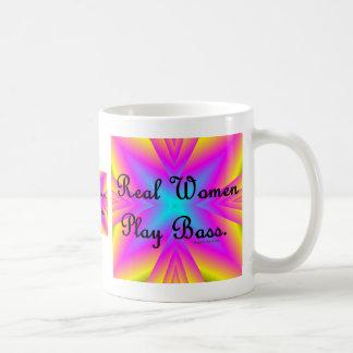 Bajo del juego de las mujeres reales taza básica blanca