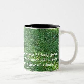 Bajo fingimiento de hacer bueno taza de dos tonos
