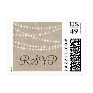 Bajo luces del centelleo en el sello de RSVP de la