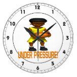 Bajo presión reloj de pared