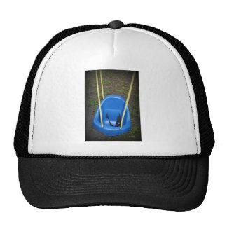 balancee en el swingset, azul con las cuerdas gorro de camionero