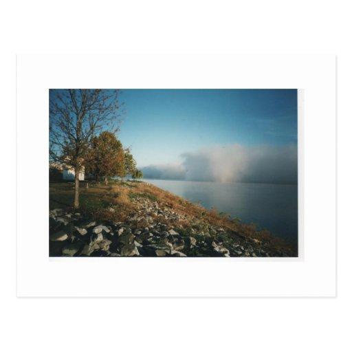 Balanceo de la niebla adentro en el río Ohio Tarjetas Postales