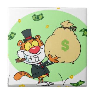 Balanceo feliz del tigre en el dinero teja cerámica