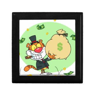 Balanceo feliz del tigre en el dinero caja de regalo
