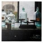 Balanza y botellas en el laboratorio de Chem Teja Ceramica
